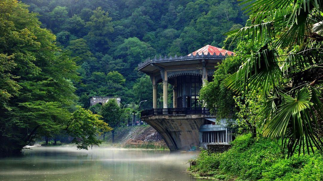 Фото: «Золотая Абхазия» с гидом.