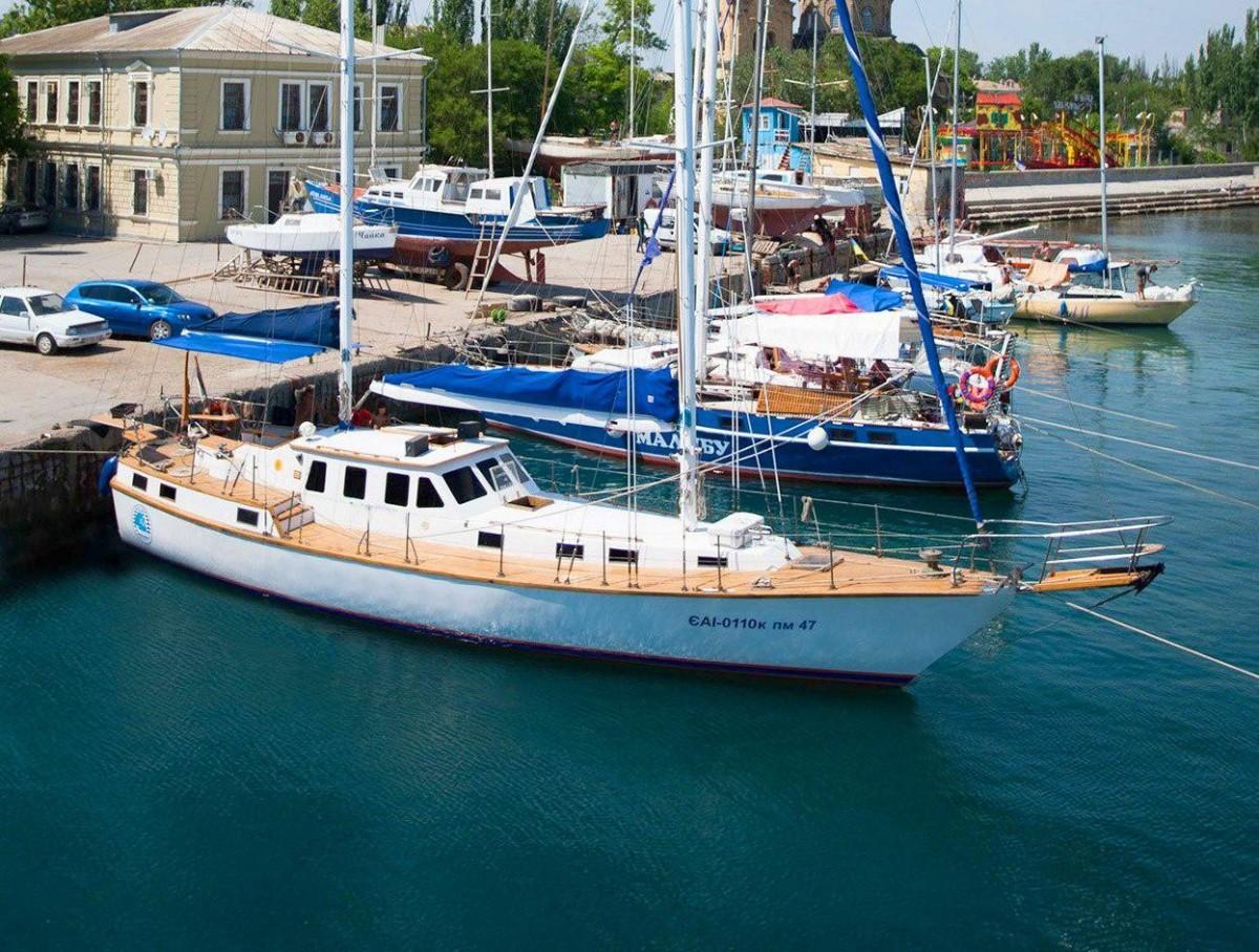 Фото: Парусно-моторная яхта