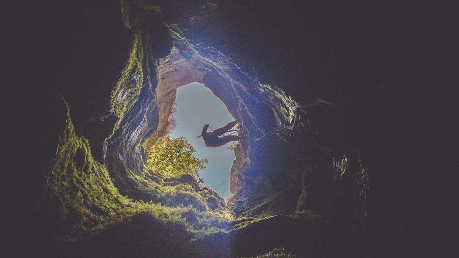 Фото: Спуск в пещеру Гугерджин
