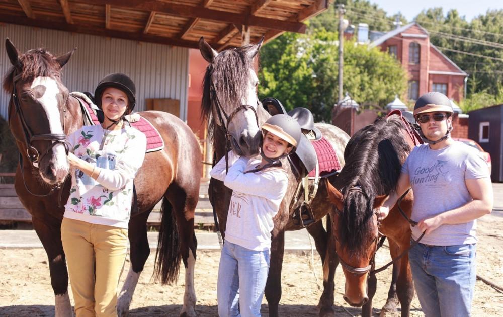 Фото: Прогулка  на лошадях с уроком верховой езды