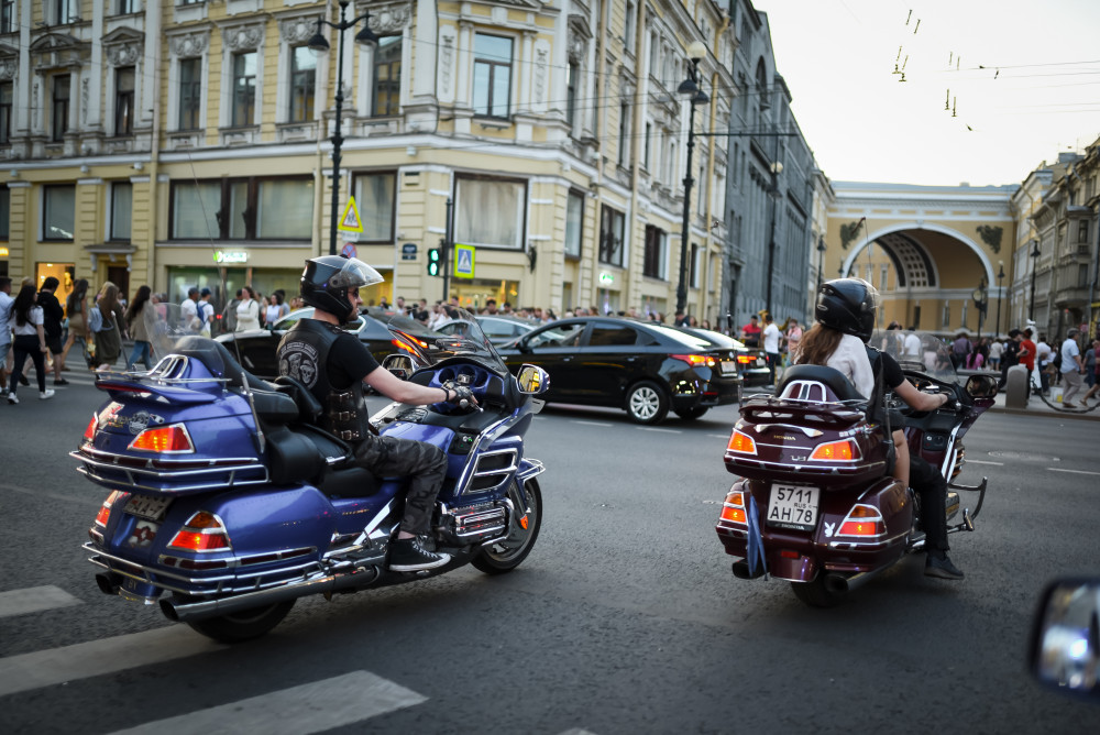 Фото: По Дворцовый набережной на мотоцикле