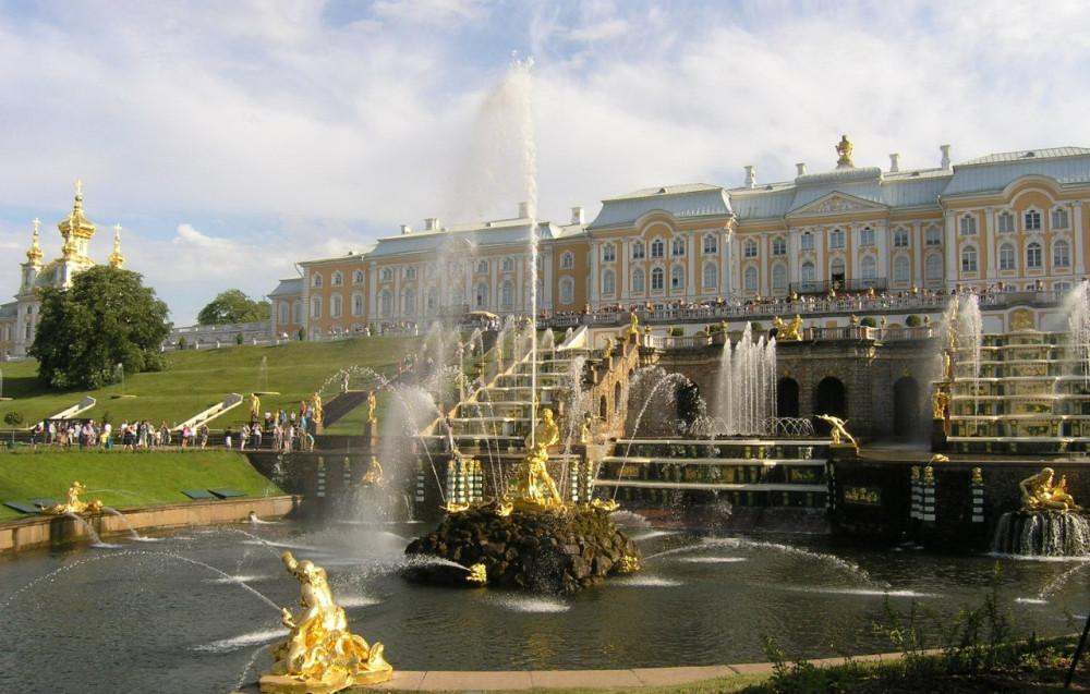 Фото: Петергоф. Большой дворец и фонтаны