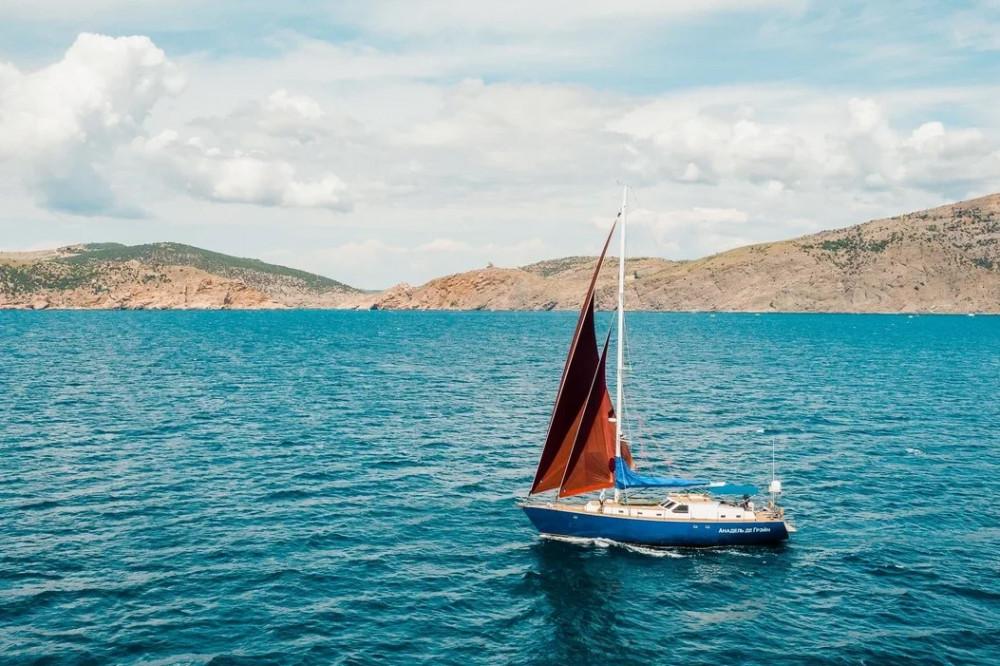 Фото: Парусная яхта в Ялте