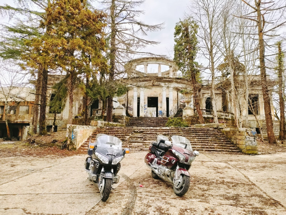 Фото: К таинственному замку на мотоцикле