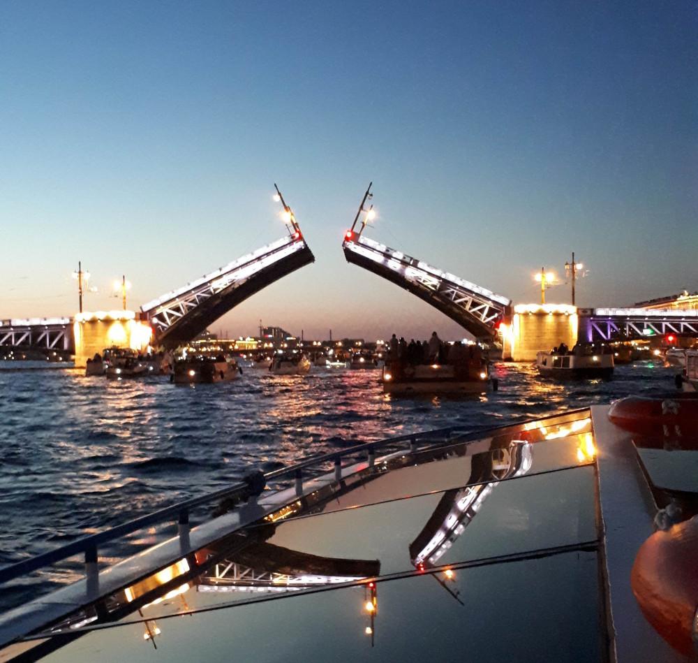 Фото: Ночной вояж на катере разведение мостов