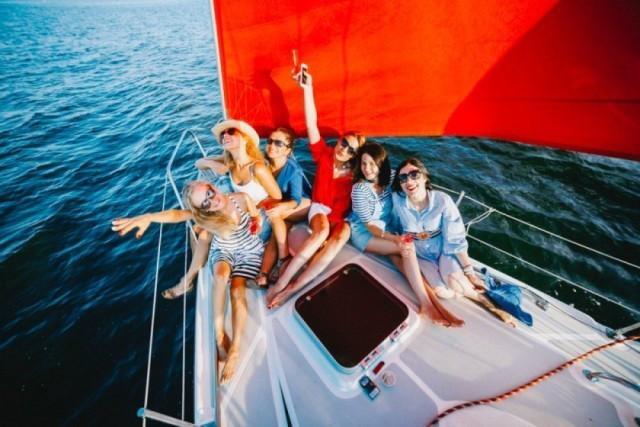 Фото: Парусная яхта с алыми парусами