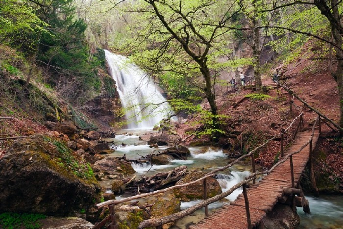 Фото: Долина привидений и водопад Джур-джур