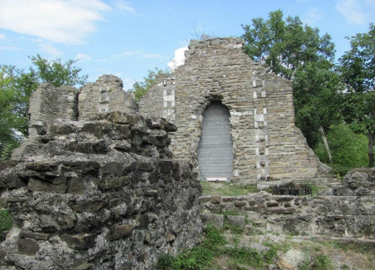 Фото: На лошадях к развалинам храма