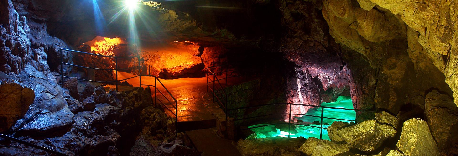 Фото: Красная пещера