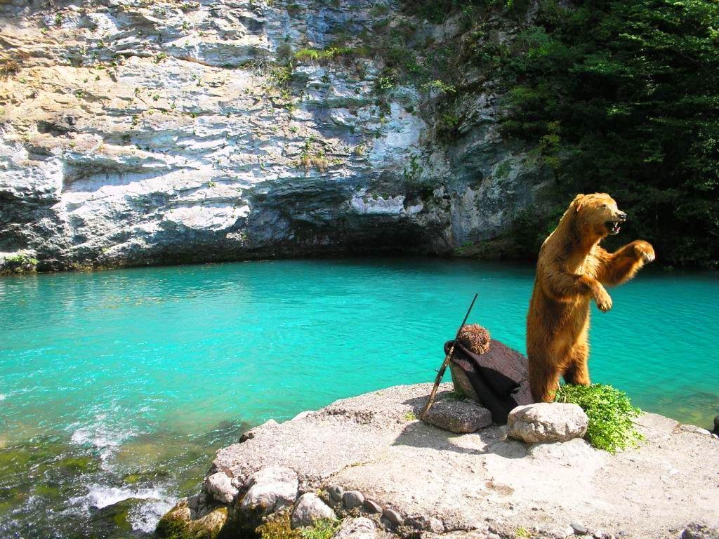Фото: Голубое озеро в Абхазии