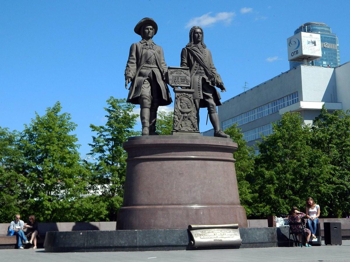 Фото: Памятник Татищеву и де Геннину