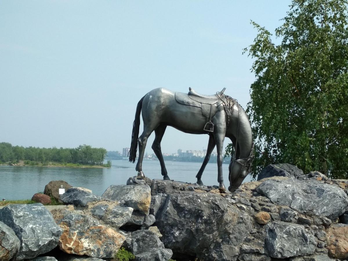 Фото: Памятник Лошадь белая
