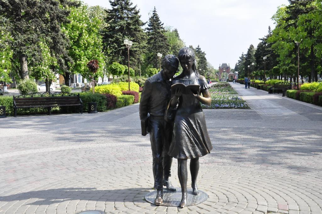 Фото: Памятник Шурику и Лидочке