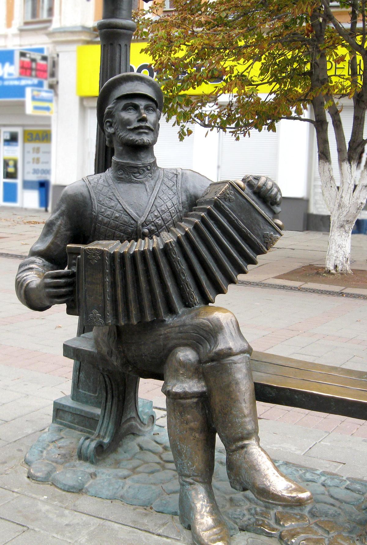 Фото: Памятник саратовской гармошке