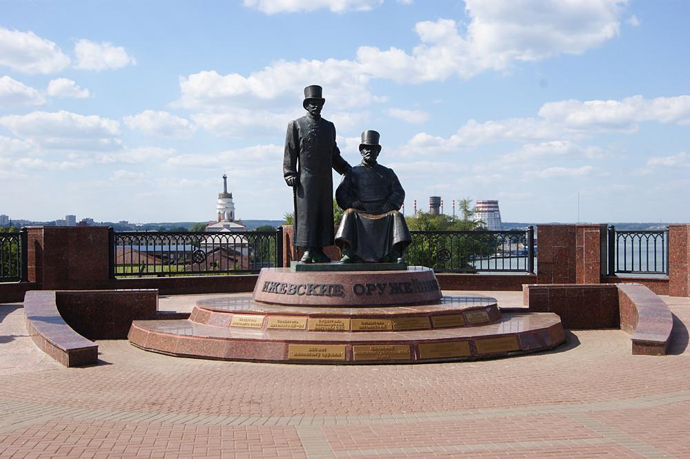 Фото: Памятник ижевским оружейникам