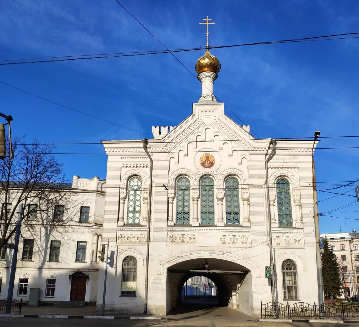 Фото: Власьевская башня и Знаменская церковь