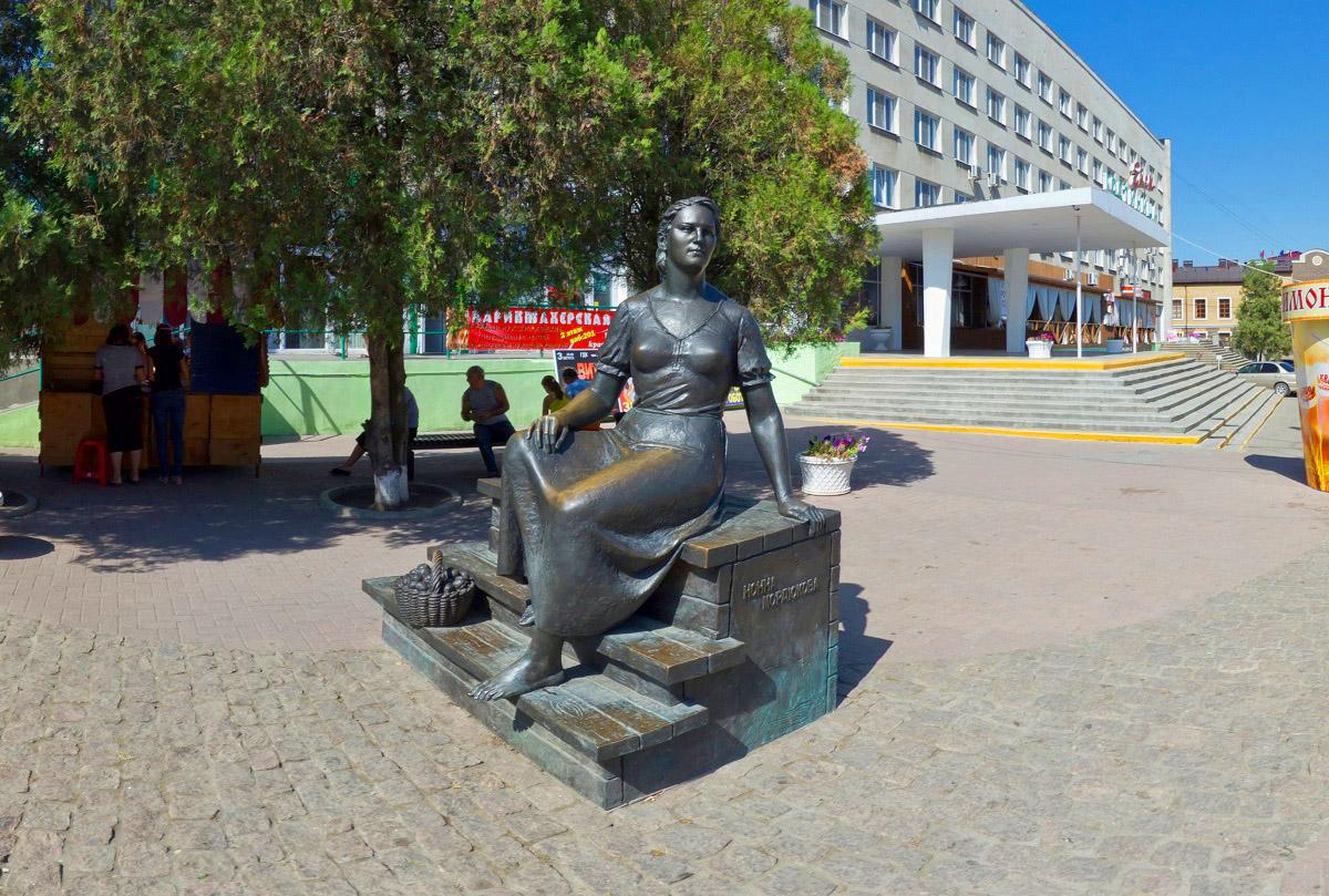 Фото: Памятник Нонне Мордюковой