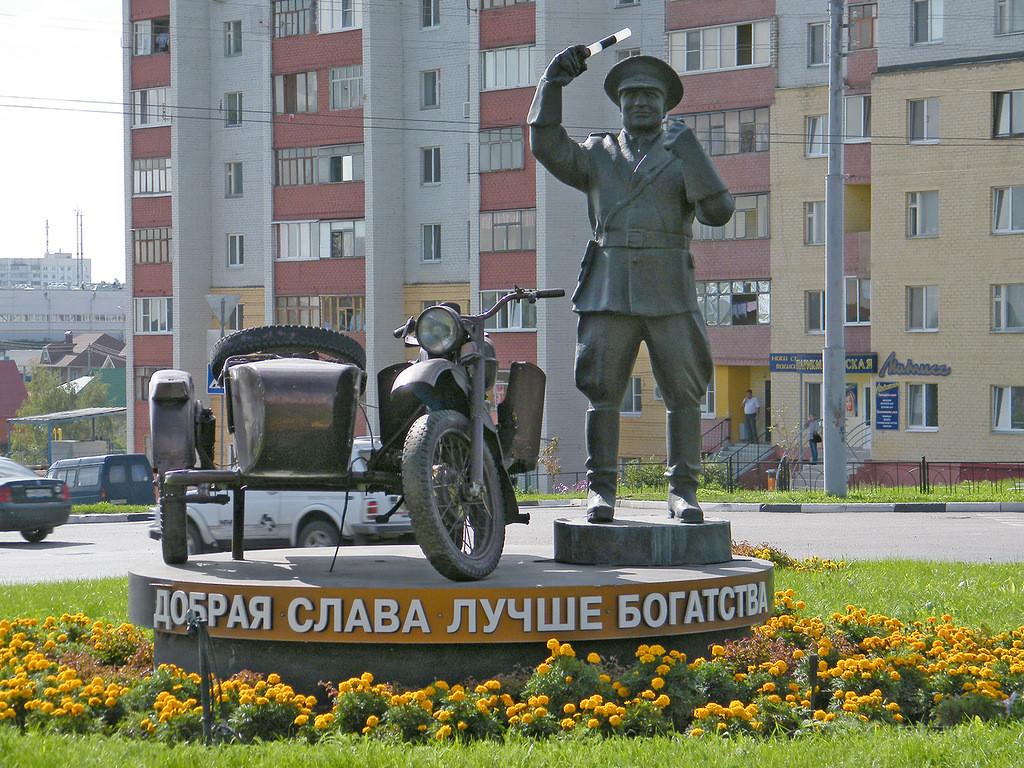Фото: Памятник неподкупному гаишнику