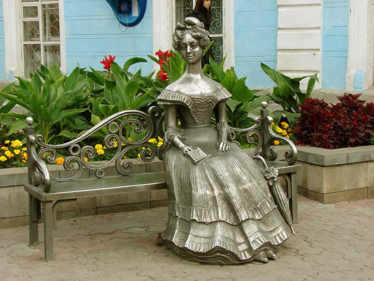 Фото: Памятник жене генерал-губернатора Сибири Г.Х. Гасфорта (скульптура Люба)