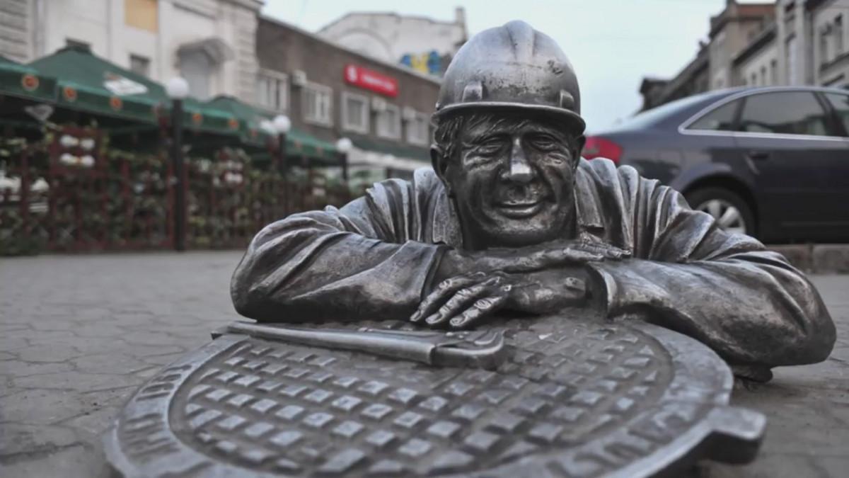 Фото: Памятник слесарю Степанычу